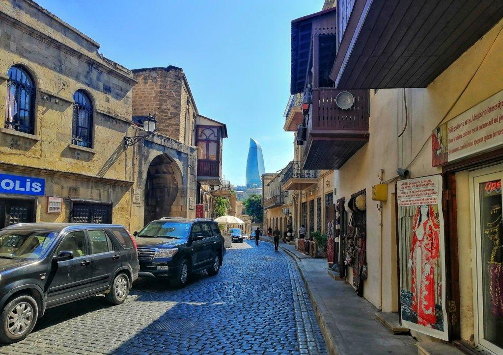 バクー:旧市街の奥に見える新タワー