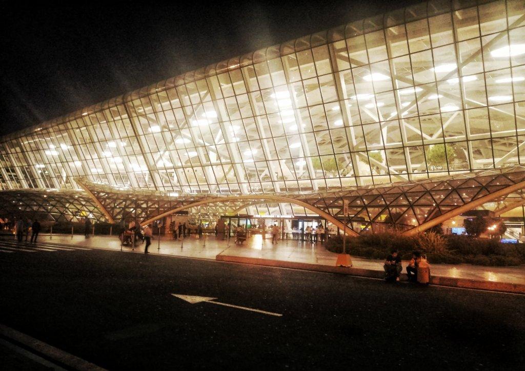 アゼルバイジャン:眩しい空港