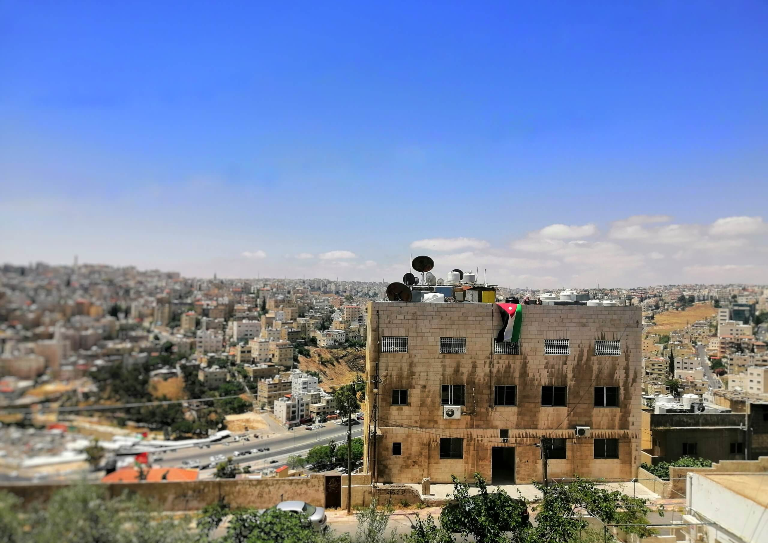 ヨルダン:青空と国旗
