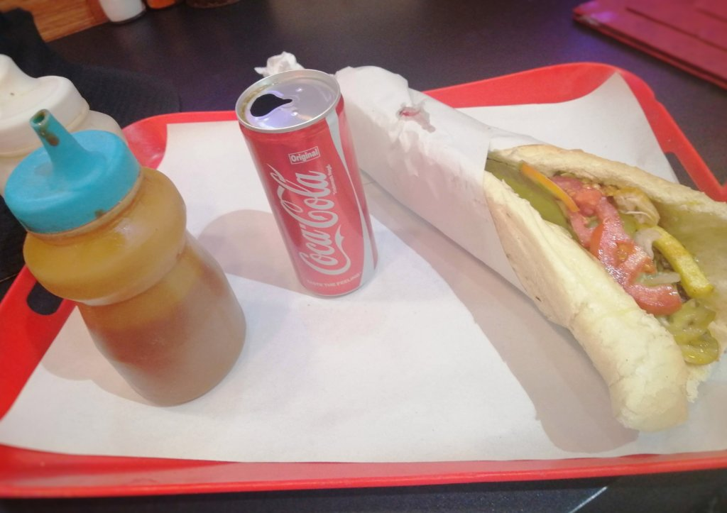 イラン:サンドイッチとコーラ