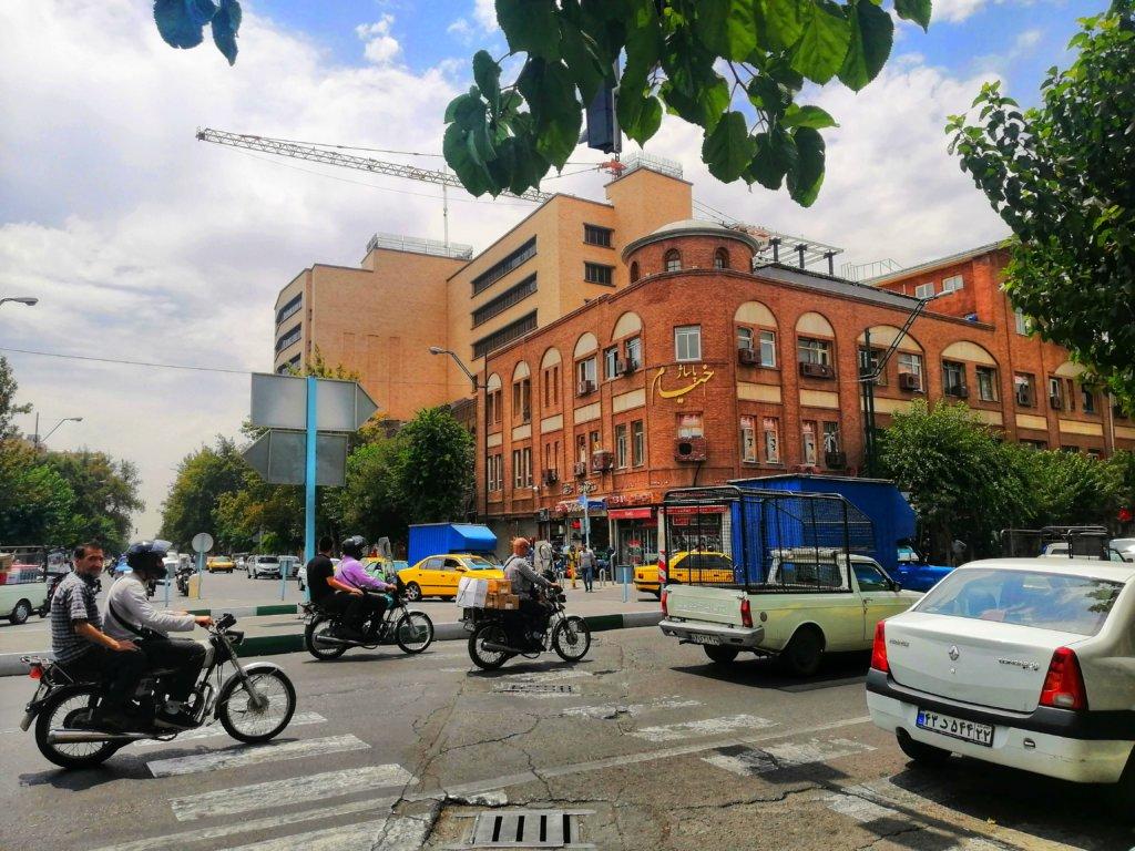 テヘラン:アラビア文字jの看板と街並み