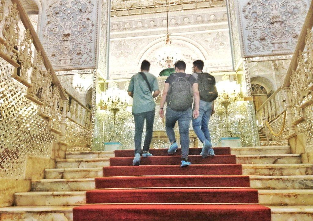 テヘラン:ゴレスターン宮殿の観光する3人組