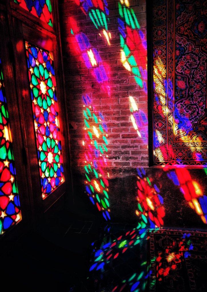 シーラーズ:壁に映るピンクモスク