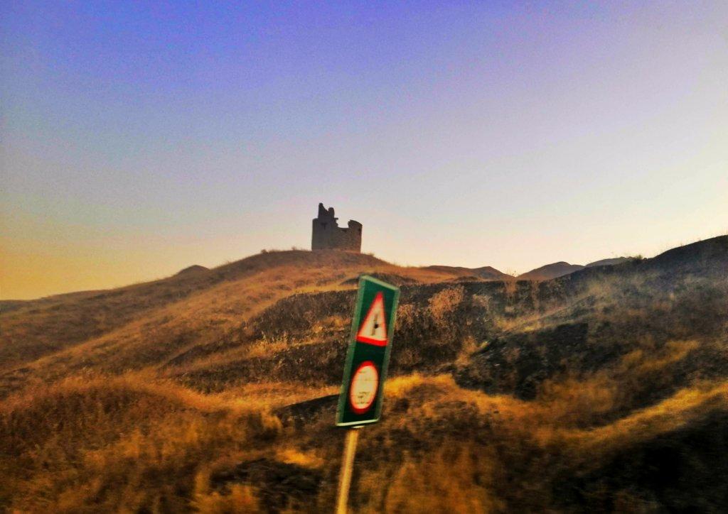 イラン:遠くに見える古城