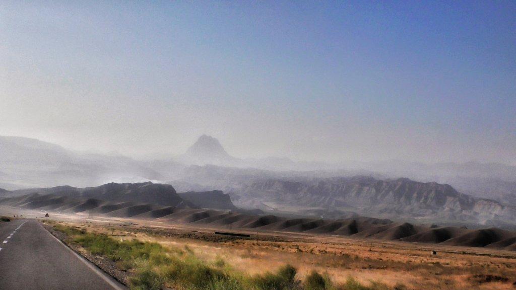 イラン:山へと続く道