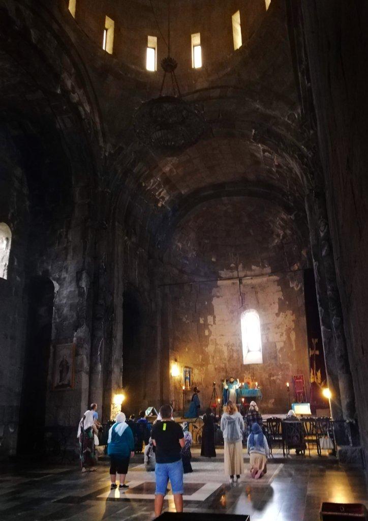 タテヴ:教会で祈る人々