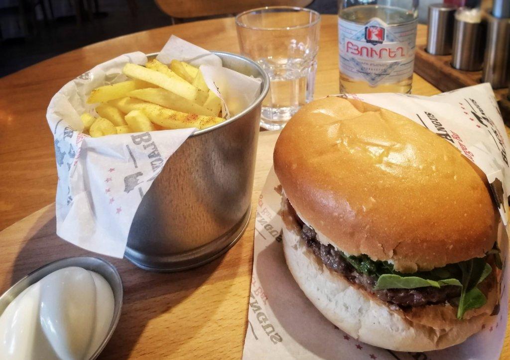 エレバン:ポテトとハンバーガー