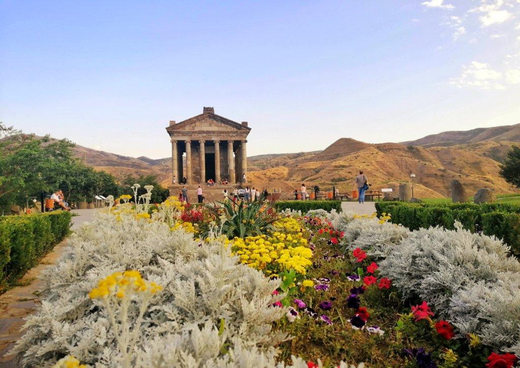 エレバン:ガルニ神殿の花畑