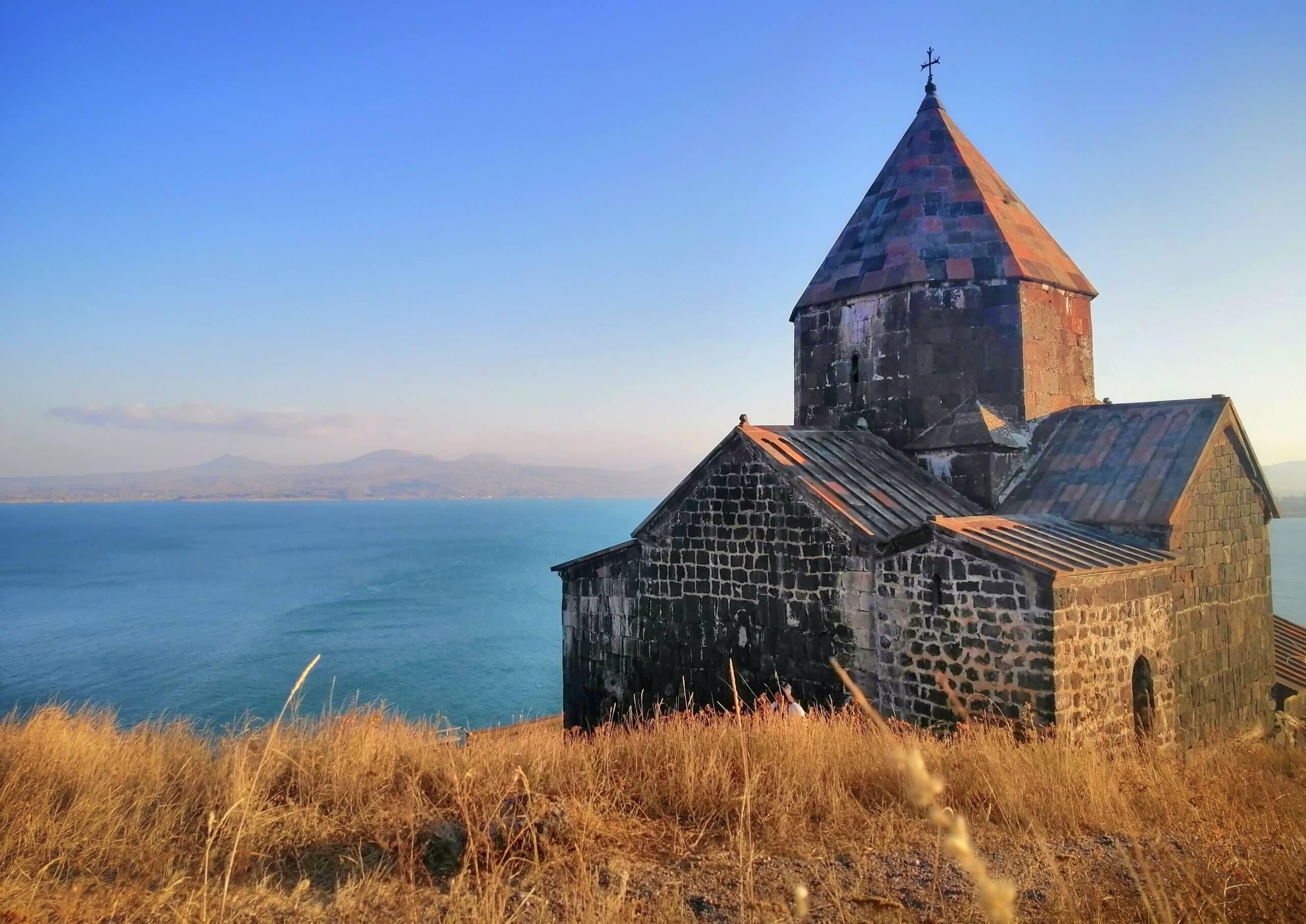 セヴァン湖:教会と湖