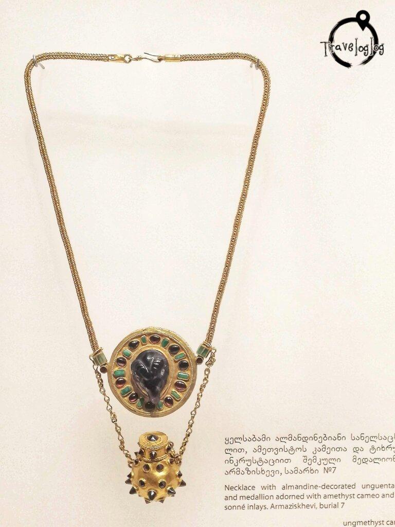 ジョージア:博物館のネックレス