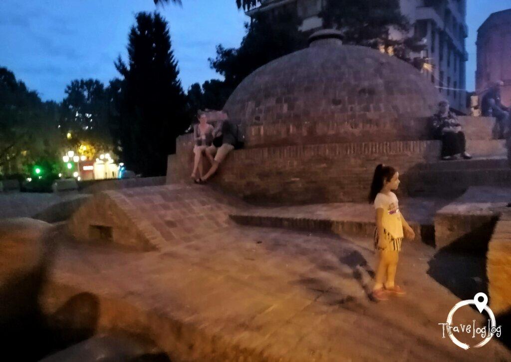 トビリシ:ハマムの上で涼む人々