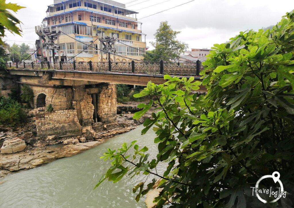 クタイシ:川にかかる吊り橋