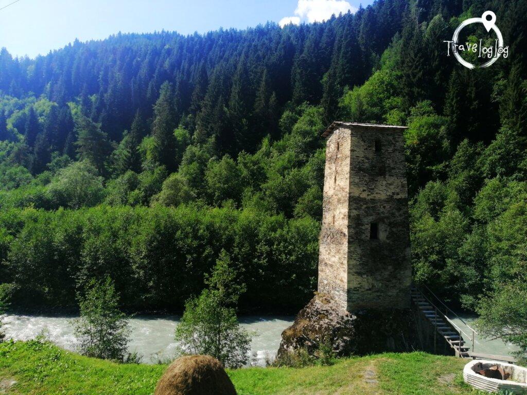 ウシュグリ:川沿いの塔