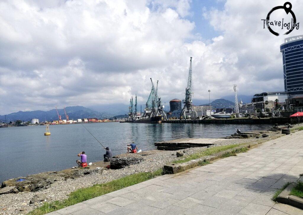 バトゥミ:港で釣りをする人