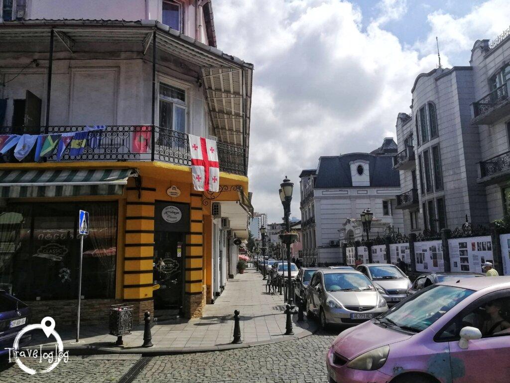 バトゥミ:ジョージア国旗と町並み景色
